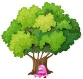 一个被毒害的桃红色妖怪在树下 免版税库存照片