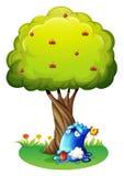 一个被毒害的蓝色妖怪在树下 免版税库存图片