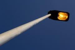 一个被点燃的街灯和黄昏 免版税图库摄影