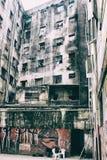 一个被破坏的大厦的亭子与破旧的墙壁的有街道画的 免版税库存照片