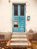 一个被破坏的房子的蓝色门 库存照片