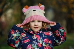 一个被编织的帽子的女孩 免版税库存图片