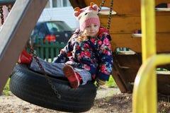 一个被编织的帽子的女孩 免版税库存照片