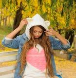 一个被编织的熊帽子的俏丽的女孩 免版税库存照片