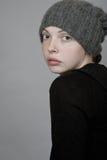 一个被编织的帽子的一个女孩 免版税库存图片