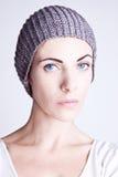 一个被编织的帽子的时髦的女孩 库存图片