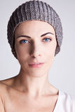 一个被编织的帽子的时髦的女孩 免版税图库摄影