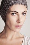 一个被编织的帽子的时髦的女孩 免版税库存照片