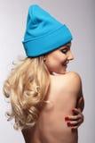 一个被编织的盖帽的妇女 免版税库存图片