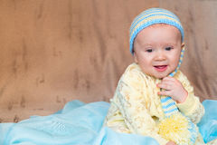 一个被编织的盖帽的婴孩 概念的在bedtim前 免版税库存照片
