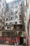 一个被腐蚀的大厦的亭子与破旧的墙壁的有街道画的 免版税库存照片