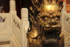 一个被镀金的狮子雕象的特写镜头,故宫,北京 库存照片
