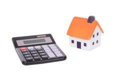 一个被隔绝的计算器和模型玩具房子 免版税库存图片