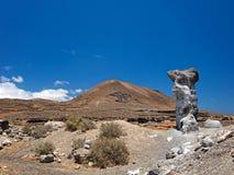 一个被雕刻的岩石由风力侵蚀雕刻了反对深蓝天背景  免版税图库摄影