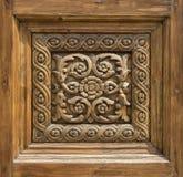 一个被雕刻的木门的片段 免版税图库摄影