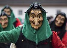 一个被雕刻的木面具的狂欢节行人 免版税图库摄影