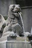 一个被雕刻的杂种动物装饰一个喷泉(法国) 免版税库存照片