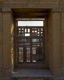 一个被破坏的大厦的门 免版税图库摄影