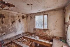 一个被破坏的房子的内部 库存图片