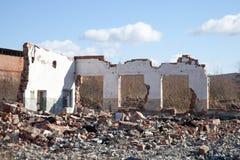 一个被破坏的房子的墙壁 免版税库存照片