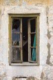 一个被破坏的房子的残破的窗口 免版税库存图片