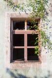 一个被破坏的房子的残破的窗口 免版税图库摄影