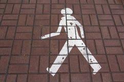 以一个被绘的人的形式交通标志 免版税库存照片