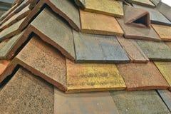 一个被仿造的混凝土瓦屋顶以各种各样的颜色 免版税库存图片