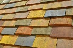 一个被仿造的混凝土瓦屋顶以各种各样的颜色 库存图片