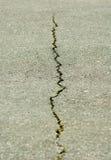 一个裂缝的图象在沥青特写镜头的 图库摄影