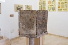 一个装饰的专栏的片段在Kfar阿杜米姆附近的厚道人博物馆在以色列 免版税库存照片