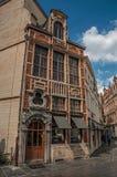 一个装饰的大厦的门面在布鲁塞尔的市中心 免版税库存照片