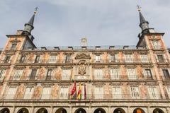 一个装饰的门面和阳台Palza市长的,马德里,西班牙的细节 库存照片