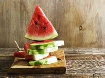 一个西瓜的三角片断在厨房的上 库存图片