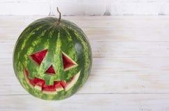 一个西瓜的微笑的面孔在万圣夜喜欢一个南瓜为 库存图片