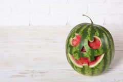 一个西瓜的微笑的面孔在万圣夜喜欢一个南瓜为 免版税库存图片