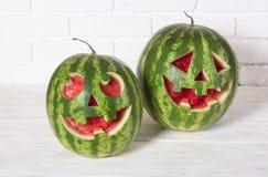 一个西瓜的微笑的面孔在万圣夜喜欢一个南瓜为 库存照片