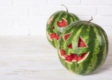 一个西瓜的微笑的面孔在万圣夜喜欢一个南瓜为 免版税库存照片
