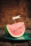 一个西瓜的片断在板材的 免版税库存照片