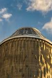 一个观测所的塔在日落期间的 免版税库存照片