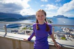 一个观点的微笑的女孩有Alesund看法在后面的 免版税库存照片