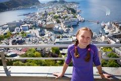 一个观点的微笑的女孩有Alesund看法在后面的 图库摄影