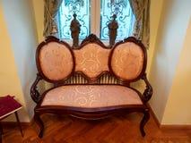 一个角落在一间屋子里在有橙色长沙发的Iulia Hasdeu宫殿 免版税库存照片