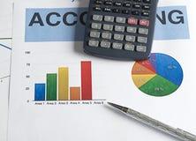 一个计算器和一支笔在五颜六色的图表事务 库存图片