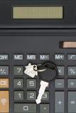 一个计算器的特写镜头有房子钥匙的 图库摄影