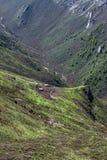 一个谷的农场在山中 库存照片