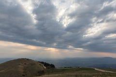 一个谷的看法从一座山的,与太阳发出光线来throu 免版税图库摄影