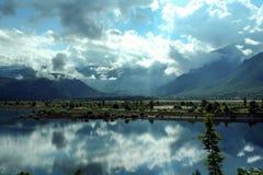 一个谷的Neretva河在市有山和一些朵云彩的莫斯塔尔附近波黑在背景中 免版税库存照片