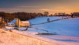 一个谷仓的看法一个积雪的农场的在农村约克县, Penn 免版税库存图片