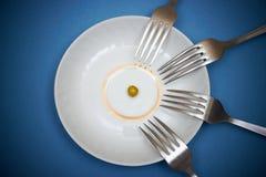 一个豌豆和许多叉子 免版税库存照片